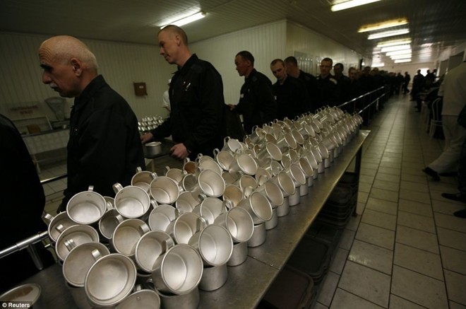 Phòng ăn nhà giam, nơi các phạm nhân phải xếp hàng để lấy khẩu phần