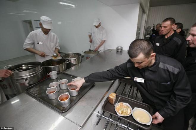 Suất ăn của các tù nhân thường có bánh mì, súp và rau.