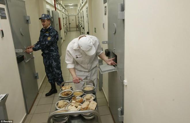 Thực phẩm được đưa tới phòng của các phạm nhân bị biệt giam.