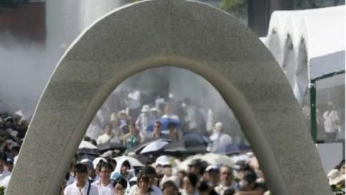 Người dân đã cầu nguyện cho các nạn nhân vụ đánh bom nguyên tử trước Công viên Tưởng niệm Hòa bình Hiroshima
