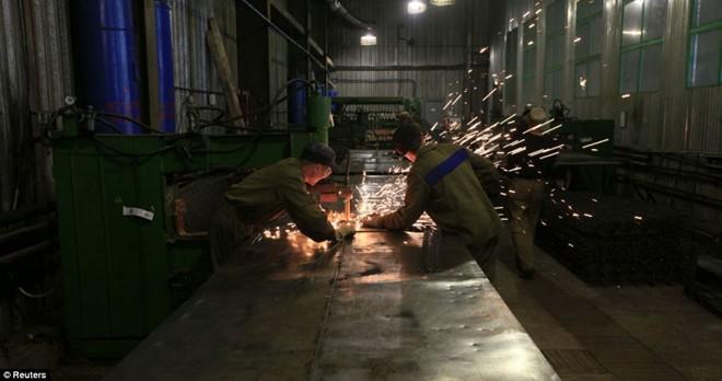 Số khác làm việc trong các xưởng cơ khí.
