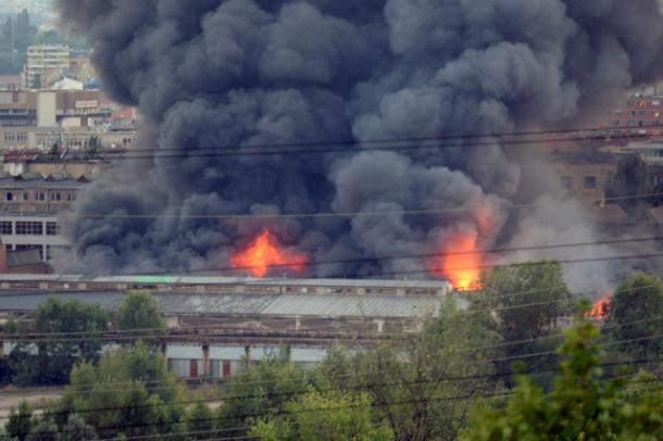 V pražských Vysočanech v areálu bývalé ČKD mezi stanicemi metra Kolbenova a Vysočanská hoří tovární hala. Na místě zasahují hasiči, podle informací záchranky nikdo není zraněn. Mohutný sloup černého dýmu je vidět z širokého okolí. Zasahující hasiči ČTK bez bližších informací řekli, že hoří tovární hala. V okolí byla omezena doprava.