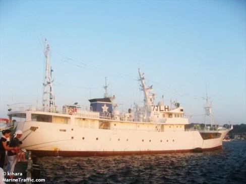Tàu Hayato nhìn ngang từ phía phải.