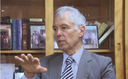 Tiến sĩ Marvin C. Ott.