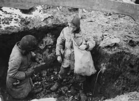 Trẻ em kiếm khoai tây ngoài đồng để ăn thời kỳ Nạn đói Ukraina, 1934