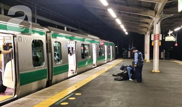 Một người đàn ông ngủ gục trên sân ga.