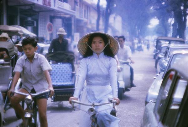 Áo dài nữ sinh trên đường Lê Lợi, đoạn trước Công ty xe hơi Kim Long (bên cạnh thương xá Tax) năm 1965.