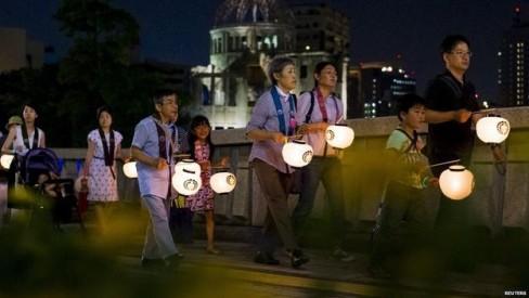Hàng ngàn đèn lồng giấy sẽ được thả xuống sông Motoyasu của thành phố trong nghi lễ tưởng niệm.