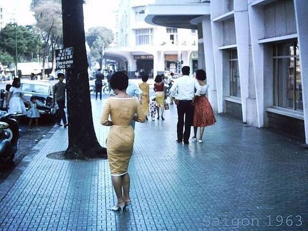 Phụ nữ Sài Gòn năm 1963. Thời đó, vào mỗi chiều cuối tuần, phụ nữ Sài Gòn thường đi dạo, bát phố trên đường Lê Lợi, Tự Do.