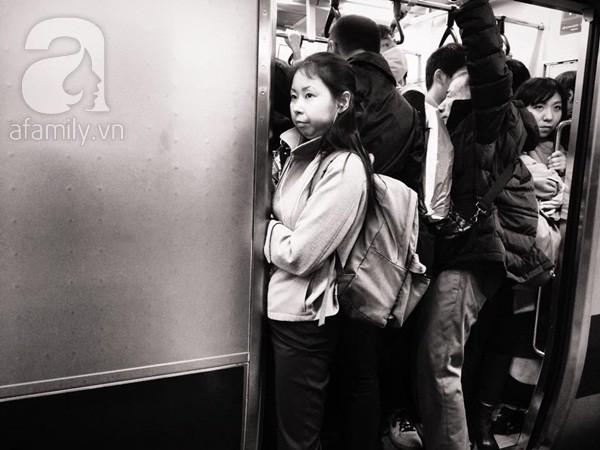 """Cảnh """"cá đóng hộp"""" trên tàu điện."""