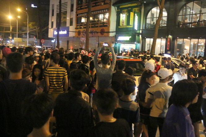 Đám đông tụ tập theo dõi vụ việc chật kín cả con đường - Ảnh: Ngọc Hiển