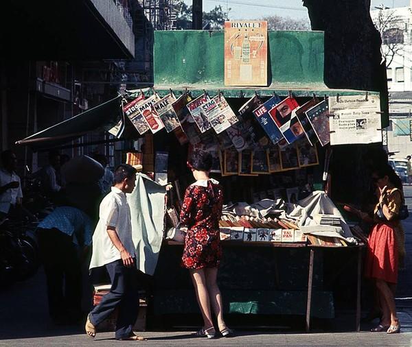 Kiốt sách báo góc đường Tự Do và Nguyễn Văn Thinh (Nay là đường Đồng Khởi và Mạc Thị Bưởi, Quận 1). Ảnh được chụp vào tháng 4 năm 1969.