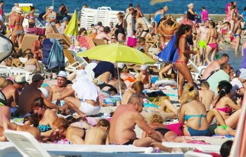 Du khách đang tắm nắng trên bãi biển tại Odessa (AFP Photo / Alexey Kravtsov)