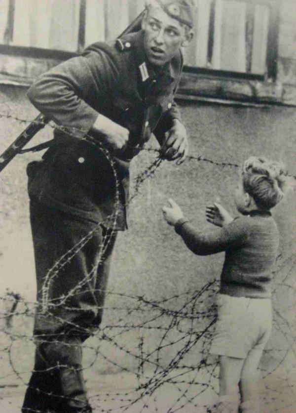 """Một người lính ở phía Đông nước Đức đã làm trái quy định của cấp trên khi giúp bé trai vượt qua """"Bức tường Berlin"""" để đoàn tụ với gia đình trong thời kỳ Chiến tranh lạnh năm 1961. Đây là một trong những biểu tượng mang đầy tính nhân văn về con người trong thời kỳ """"Chiến tranh Lạnh"""" giữa phía Đông và phía Tây nước Đức."""