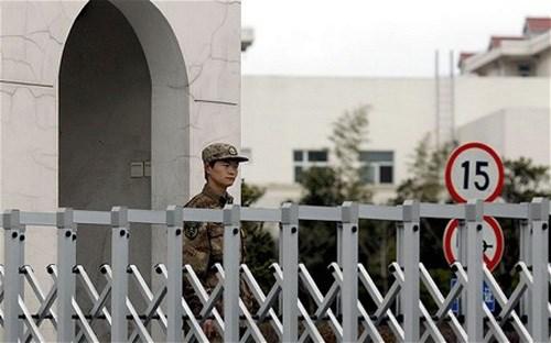 """Lính gác tại tòa nhà được cho là """"căn cứ"""" của """"quân đoàn tin tặc bí ẩn"""" tại thành phố Thượng Hải, Trung Quốc.(ảnh Baotintuc.vn)"""