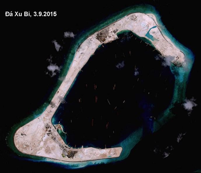 Trung Quốc đang xây đường băng trên đảo nhân tạo bồi đắp phi pháp ở Đá Xu Bi thuộc quần đảo Trường Sa của Việt Nam - Ảnh: DigitalGlobe