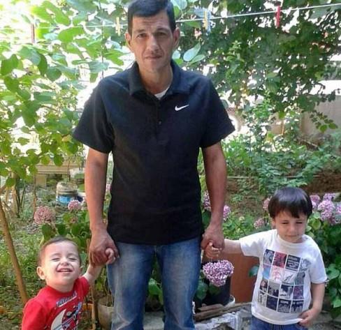 Ba bố con bé Aylan Kurdi nắm tay nhau chụp ảnh. Trong một cuộc phỏng vấn với báo giới sau bi kịch gia đình, ông Abdullah, cha của Aylan từng nghẹn ngào chia sẻ rằng, hai con trai ông là những đứa trẻ dễ thương nhất, tuyệt vời nhất thế giới. Nhưng nay mất vợ và 2 con trai đồng nghĩa với việc ông đã mất đi tất cả.