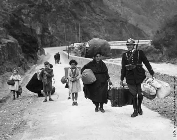 Người lính Pháp đang giúp đỡ một gia đình chạy trốn khỏi cuộc nội chiến Tây Ban Nha vào năm 1938.
