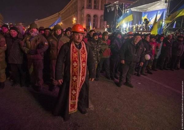 Vị linh mục dũng cảm đứng ra làm lá chắn giữa những người biểu tình và cảnh sát tại cuộc biểu tình cách mạng của Ukraina vào năm 2013.