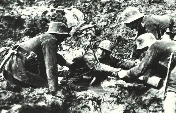 Ba binh sĩ Đức chung sức giúp một người lính Pháp bị mắc kẹt trong khu vực lầy lội Verdun. Bức ảnh được chụp vào năm 1916.