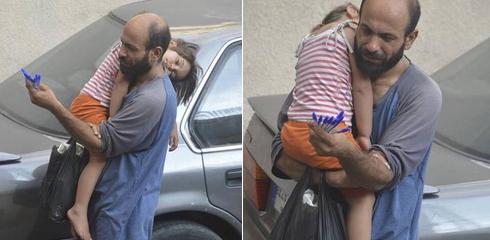 """Abdul Haleem al-Kader, người Syria gốc Palestine, đang cầm một nắm bút rao bán trên vỉa hè đường phố Beirut, thủ đô Lebanon khi con gái 4 tuổi tên Reem ngủ gục trên vai anh. """"Bạn nhìn khuôn mặt và cách người cha giữ những chiếc bút như thể chúng là tất cả mọi thứ anh có trên thế giới này"""", Simonarason, nhà hoạt động người Na Uy nói với CNN. Chỉ vài giờ sau khi Simonarason đăng bức ảnh trên mạng trong tháng trước, hàng nghìn người gửi yêu cầu trợ giúp người cha tị nạn trong bức ảnh. Ảnh: Twitter"""