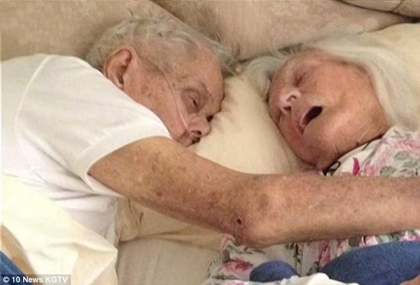 Cụ bà Jeanette Toczko, 96 tuổi, và cụ ông Alexander Toczko, 95 tuổi, ở San Diego, California, Mỹ, ôm nhau qua đời sau 75 năm chung sống. Hai người mất cách nhau vài giờ hôm 17/6. Bức ảnh cuối cùng của hai ông bà do con cháu chụp khiến hàng triệu người xem nghẹn ngào. Ảnh: KGTV