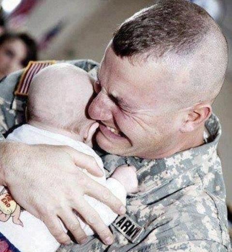 Khoảnh khắc một lính Mỹ lần đầu gặp con sau nhiều tháng chiến đấu tại chiến trường Iraq khiến nhiều người suy nghĩ về cái giá của chiến tranh. Ảnh: Buzzfeed