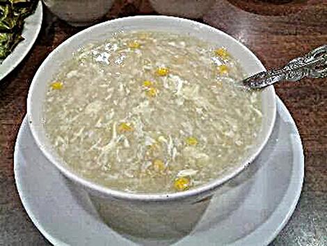 """Chén súp với những mẩu thịt bé tí, vụn nát nhưng cũng được gọi là """"súp cua""""."""