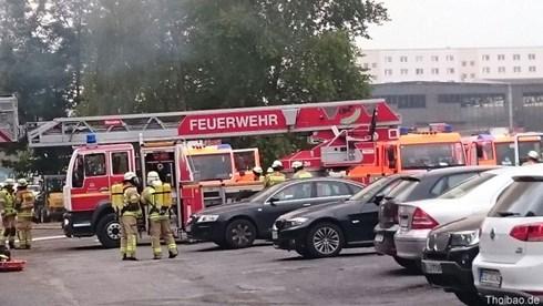 Nhiều xe cứu hỏa đã được huy động tới chữa cháy. Sau gần một giờ đồng hồ, lính cứu hỏa đã kiểm soát được đám cháy.