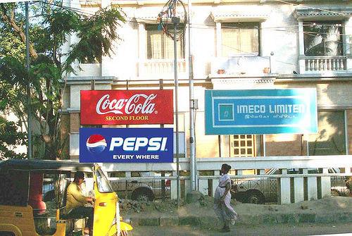 """Bức ảnh này rất thú vị. Coca Cola thuê tầng 2 của tòa nhà để làm văn phòng đại diện và marketing, họ treo một tấm biển chỉ dẫn ghi rõ: """"Coca-Cola ở tầng hai"""". Vài ngày sau, Pepsi xuất hiện với khẩu hiệu: """"Pepsi thì có mặt ở mọi nơi""""."""