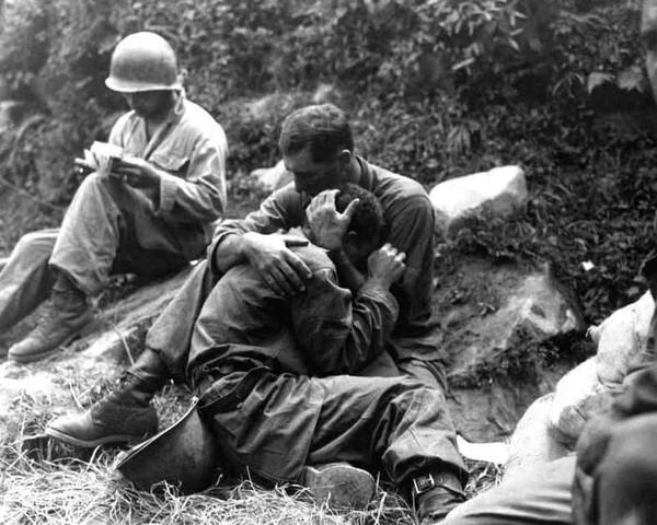 Trong thời kỳ chiến tranh Triều Tiên năm 1950-1953, số lượng binh lính hy sinh lên tới hàng triệu người. Trong bức ảnh này, một người lính bộ binh Canada đang cố gắng an ủi người đồng đội không kìm nổi xúc động khi những người bạn cùng chiến đấu với họ đã anh dũng hy sinh.