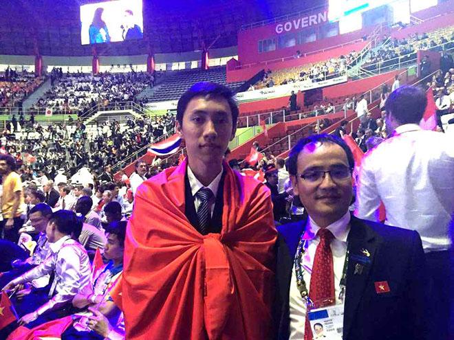 Nguyễn Duy Thanh (trái ảnh) tại cuộc thi tay nghề thế giới lần 43 ở Brasil