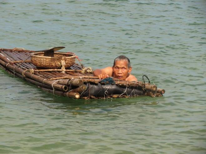 Ảnh: Quái kiệt Dương Khư đang mò ốc