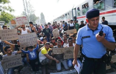 Ng°Ýi di c° biÃu tình t¡i nhà ga xe lía Tovarnik ß Croatia ngày 18-9 Ã òi i sang Tây Âu ¢nh: Reuters