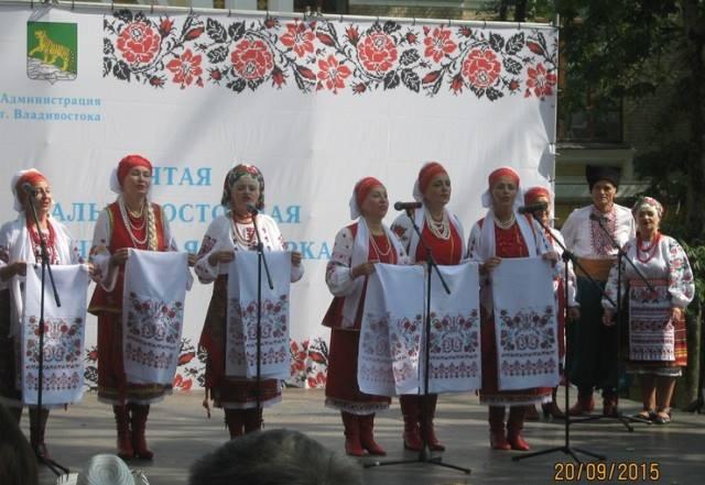 Những nghệ sĩ trong nhiều màu sắc quần áo truyền thống Ukraina