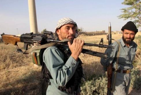 Cảnh sát Afghanistan chuẩn bị gần tiền tuyến trong một trận chiến với Taliban tại thành phố Kunduz, miền Bắc Afghanistan, ngày 29 tháng 9 năm 2015. REUTERS / STRINGER
