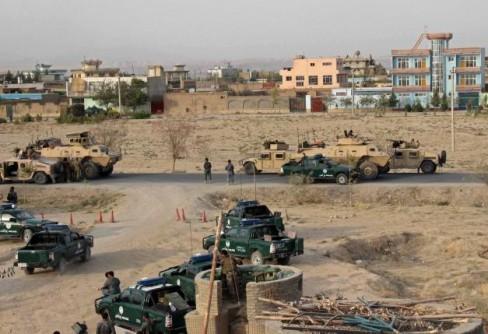 Lực lượng an ninh Afghanistan mất vị trí của họ trong một cuộc đọ súng tại thành phố Kunduz, miền Bắc Afghanistan ngày 29 tháng 9 năm 2015. REUTERS / STRINGER
