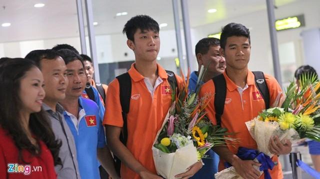 Chỉ có đại diện của VFF đến tặng hoa cho các cầu thủ (Ảnh: Zing.vn).