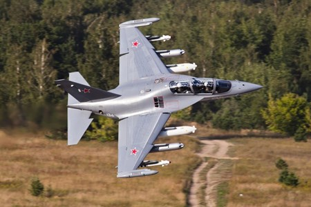 Yak-130 với tên lửa không đối không, rocket và thùng nhiên liệu phụ bên ngoài. Ảnh Irkut
