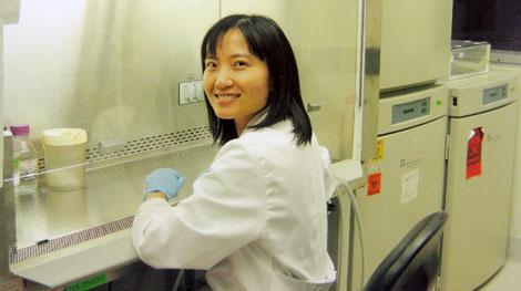 PGS.TS Lê Nhất Tú trong phòng thí nghiệm.