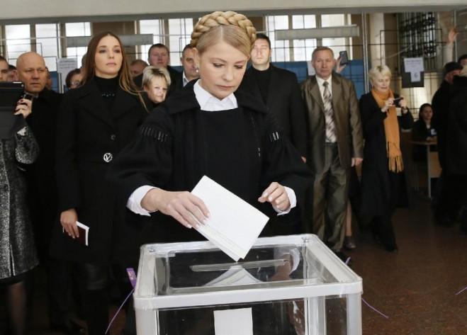 Nhà lãnh đạo của đảng Batkivschyna và là cựu Thủ tướng Ukraina, bà Yulia Tymoshenko, bỏ phiếu tại một điểm bầu cử vào ngày 26 tháng 10 năm 2014 (AFP Photo / Alexander Prokopenko)