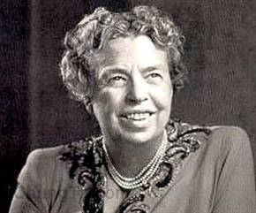 """Tạm dịch là """"những cái đầu lớn sẽ thảo luận với nhau về những ý tưởng, những cái đầu bình thường sẽ trao đổi với nhau về các sự kiện, những mái đầu lặt vặt sẽ bình luận người này người kia"""".   Khi sinh viên trường kinh doanh Harvard học môn nghệ thuật lãnh đạo, câu đầu tiên họ sẽ học là câu nói này. Tác giả câu nói này từng được xem là """"đệ nhất phu nhân của thế giới"""". Eleanor Roosevelt (1884-1962) chính khách Mỹ, đệ nhất phu nhân Hoa Kỳ Đây cũng là cơ sở để nhận biết đẳng cấp của từng người trong xã hội, dù là một cậu bé nhỏ xíu học tiểu học hay một ông già sắp lên đường về thế giới bên kia. Dấu hiệu nhận biết người tài, có chí lớn và người bất tài, nhảm nhí cũng thông qua các mối quan tâm của họ và các đề tài họ thảo luận với bạn bè. Dù là một cậu bé tiểu học, """"great minds"""" sẽ nói về cách chế tạo đồ dùng học tập, """"idea"""" để giúp việc học, việc chơi, việc đi lại, việc sinh hoạt của gia đình cậu, lớp cậu, trường cậu, khu nhà ở...được đẹp hơn, tiện lợi hơn, khoa học hơn. Khi ra trường, những cô cậu có những great minds gặp nhau cà phê cà pháo sẽ bàn về ý tưởng thành lập câu lạc bộ ngoại ngữ này, câu lạc bộ thể dục thể thao kia, quỹ từ thiện nọ...Ý tưởng sẽ được chia sẻ với nhau để làm sao họ có được những thành tựu trong đời theo mission của đời họ. Trên facebook của họ là những trăn trở về những ý tưởng, những dự án, và triển khai.... Còn những """"small minds"""" sẽ quan tâm ông A, bà B, cô C, cậu H...Càng thâm cung bí sử thì họ càng khoái theo dõi. Vì mái đầu lặt vặt sẽ dành thời gian và năng lượng để bàn bạc người này người kia, chủ yếu là công kích cá nhân và chỉ trích, vì """"small"""" thì mọi thứ đều hẹp hòi, góc nhìn thấp. Và bạn bè trong friendlist hay người theo dõi facebook của họ cũng khá đông vì tính tò mò cá nhân là đặc trưng của small minds. Những great minds, bạn đi chơi với họ hay xem trang cá nhân của họ, sẽ chỉ thấy tràn ngập những ý tưởng và chia sẻ """"không liên quan đến cá nhân nào"""". Các bạn trẻ đọc và ngẫm lại câu danh ngôn này. Để sàng lọc bạn bè của mình the"""