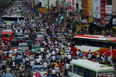 Trong hình này thì xe cộ khu vực Hàng Xanh vẫn còn nhúc nhích được nên không thể xem là ùn tắc phương tiện giao thông, nói ngắn gọn và dễ hiểu là kẹt xe - Ảnh: THUẬN THẮNG