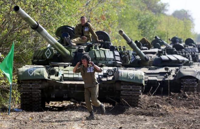 Ly khai ủng hộ Nga đang tham gia thi đấu quân sự giữa các đơn vị xe tăng gần thị trấn Torez-  Donetsk, vào ngày 24 Tháng 9 năm 2015 (AFP Photo / Aleksey Filippov)