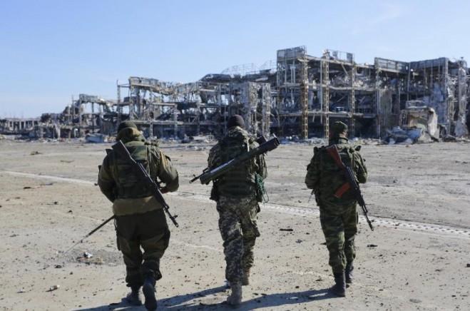 Phiến quân ủng hộ Nga đi về phía sân bay quốc tế bị phá hủy Donetsk ngày 13 tháng 10 năm 2015 (AFP Photo / Aleksey Filippov)