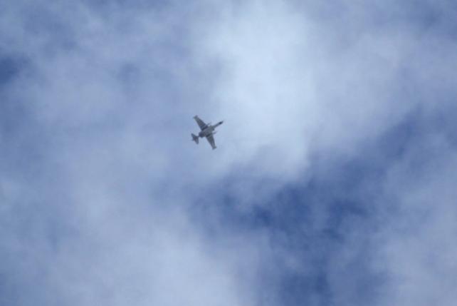 Một máy bay chiến đấu mà các nhà hoạt động nói thuộc lực lượng của Nga bay trên bầu trời vùng nông thôn phía nam của Idlib, Syria 02 Tháng 10 năm 2015. REUTERS / Khalil ASHAWI