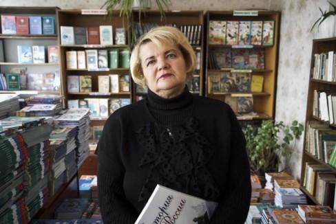 Giáo viên trường trung học bà Alla Andrievska đứng ở thư viện với cuốn sách giáo khoa Nga đã thay thế hoàn toàn sách giáo khoa Ukraina. Ảnh chụp vào Thứ năm ngày 22 tháng 10 năm 2015, (AP Photo / Max Black)