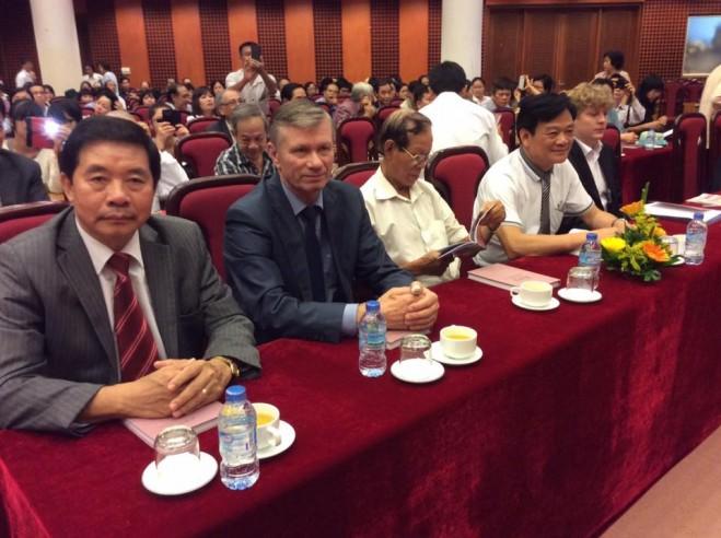 Nhà Việt Nam học người Nga, phó giáo sư Ngôn ngữ học Anatoli Socolov (thứ 2 từ trái sang)