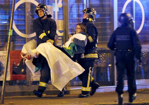 Cứu người bị thương trong vụ tấn công gần Bataclan. Ảnh Reuters - See more at: http://www.sggp.org.vn/thegioi/2015/11/402674/#sthash.wYGR1dY5.dpuf