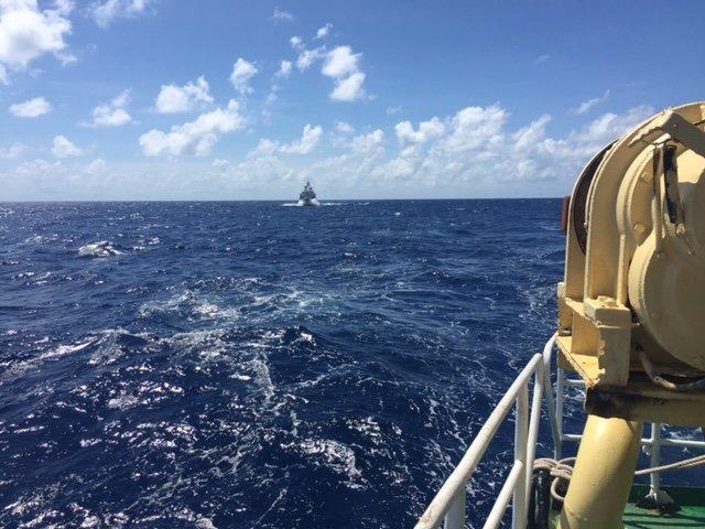 Tàu hải cảnh của Trung Quốc đang vây ép tàu Hải Đăng 05 - Ảnh do thuyền viên tàu Hải Đăng 05 cung cấp
